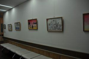 写真:外来廊下の展示絵画
